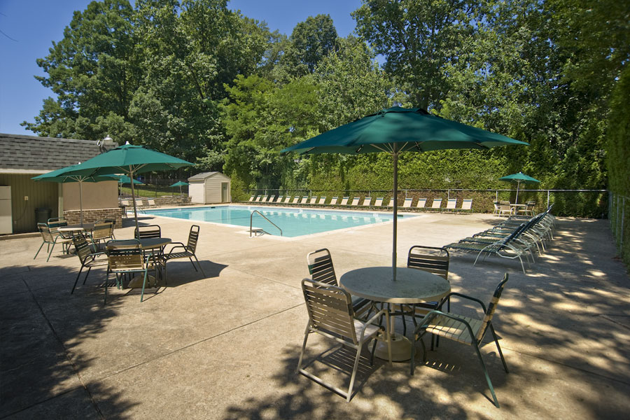 swimming pool and sitting area at the apartments of Buckingham Place in Newark DE