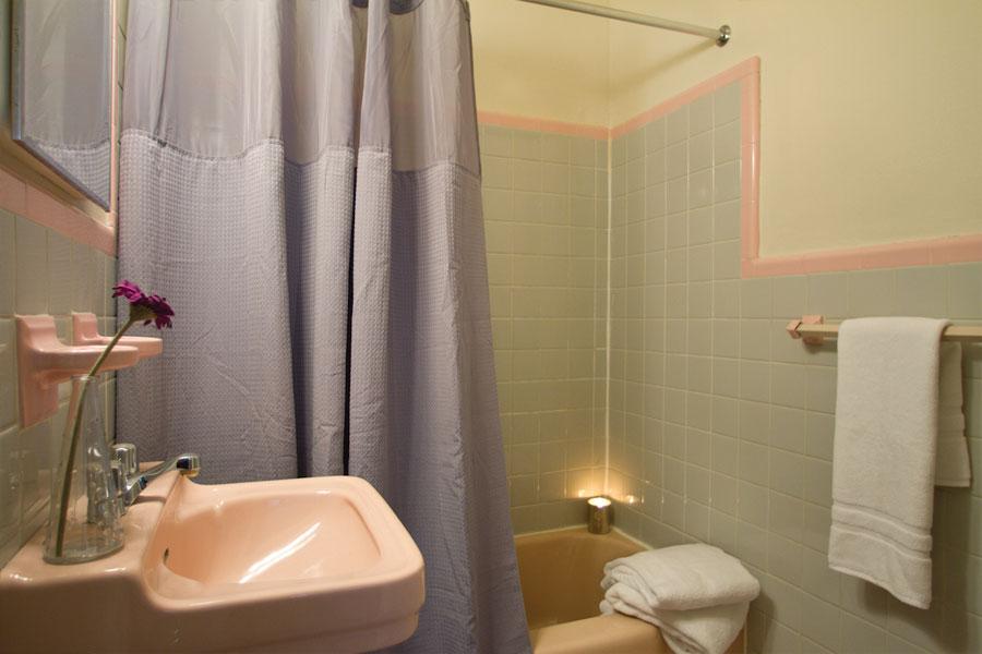 pinemanor-bathroom2