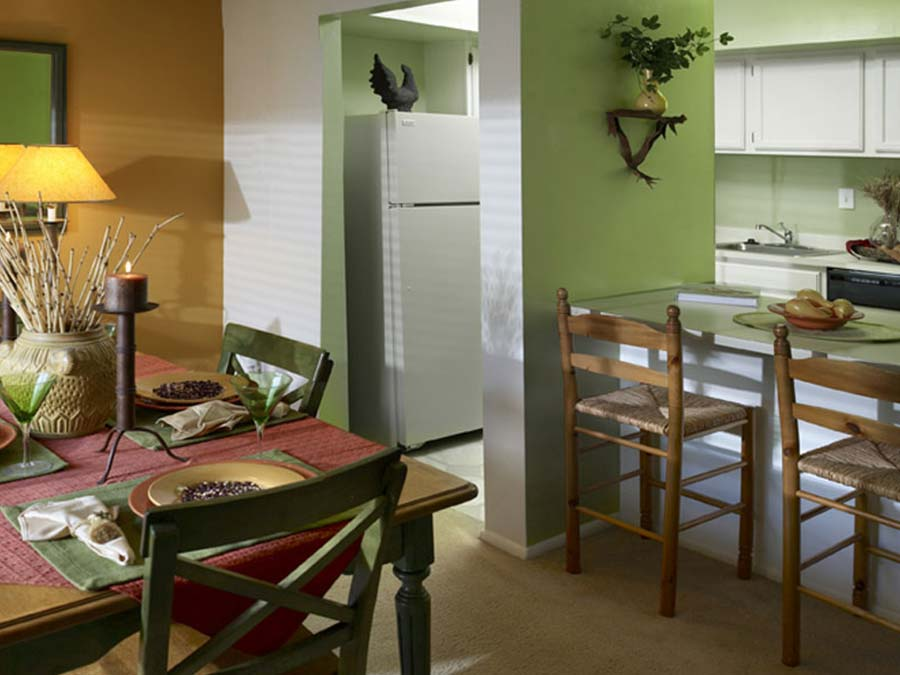 green accent walls highlight the kitchen and breakfast bar at Buckingham Place townhomes in Newark DE