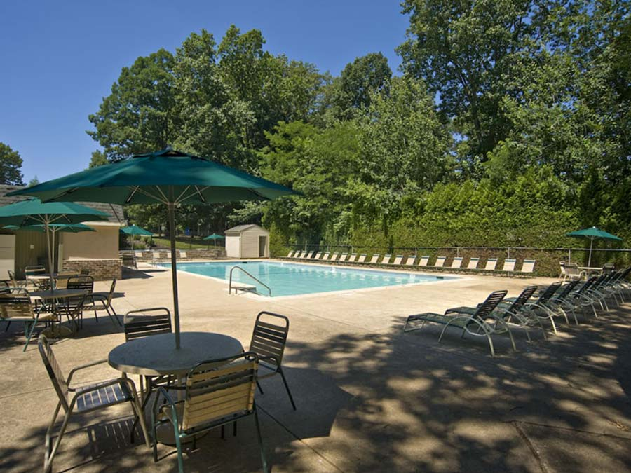 relaxing swimming pool at the apartments of Buckingham Place in Newark DE