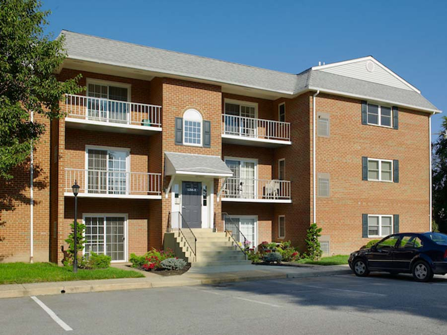 exterior of an apartment building with balconies at Castlebrook apartments in New Castle DE