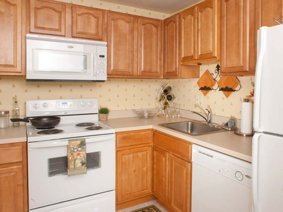 eat-in kitchen with neutral décor at the Castlebrook apartments in New Castle DE