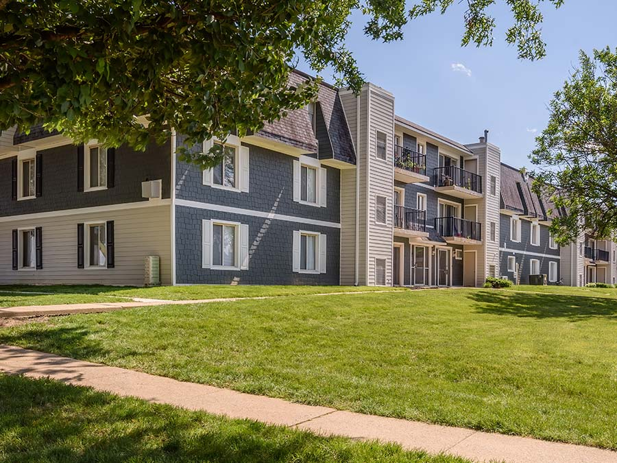 Apartment in Newark DE exterior of private patios and decks