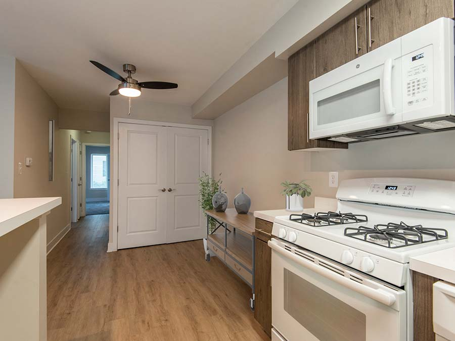 apartments in Newark DE with gas range stove and dining area
